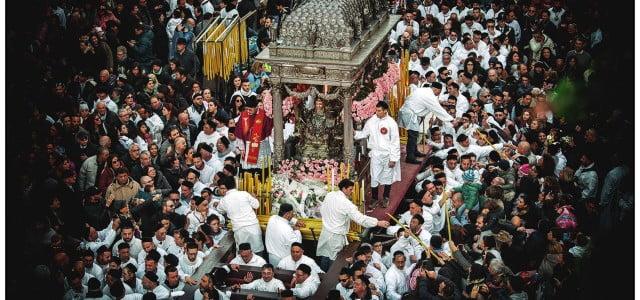 La santa si erge fra la folla sul suo trono splendente. La gente attorno a lei la stringe e la urta, qualcuno ogni tanto grida il suo nome, infervorato […]